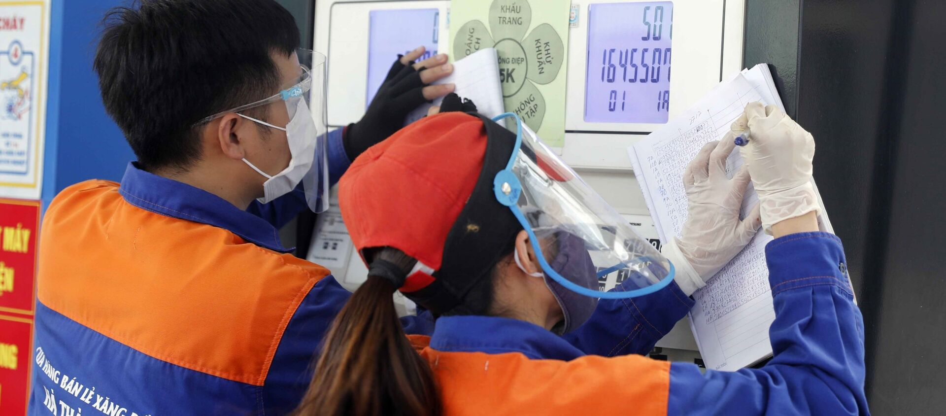Nhân viên cửa hàng xăng dầu điều chỉnh giá bán - Sputnik Việt Nam, 1920, 27.07.2021