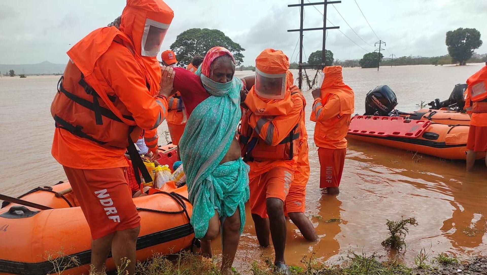 Lực lượng cứu hộ sơ tán người dân khỏi vùng thiên tai lũ lụt ở Ấn Độ - Sputnik Việt Nam, 1920, 28.07.2021
