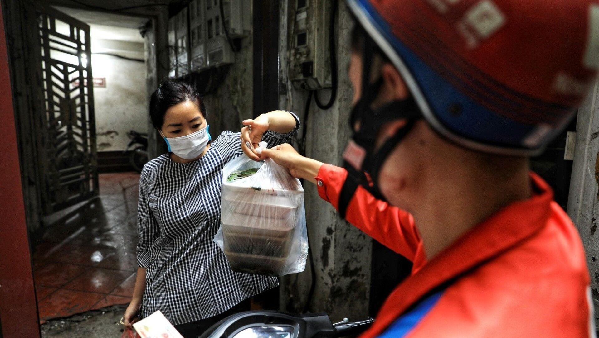 Dịch vụ giao đồ ăn đến tận nhà rất thuận tiện cho người tiêu dùng nhưng không thể tránh được việc tiếp xúc với người mua chính là nguy cơ lây lan dịch bệnh (ảnh tư liệu) - Sputnik Việt Nam, 1920, 28.07.2021