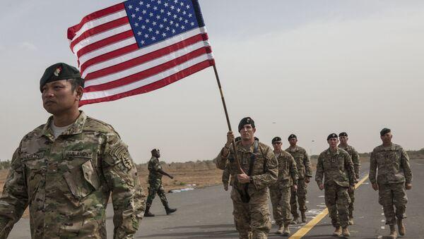 Quân nhân Mỹ với lá cờ Hoa Kỳ - Sputnik Việt Nam