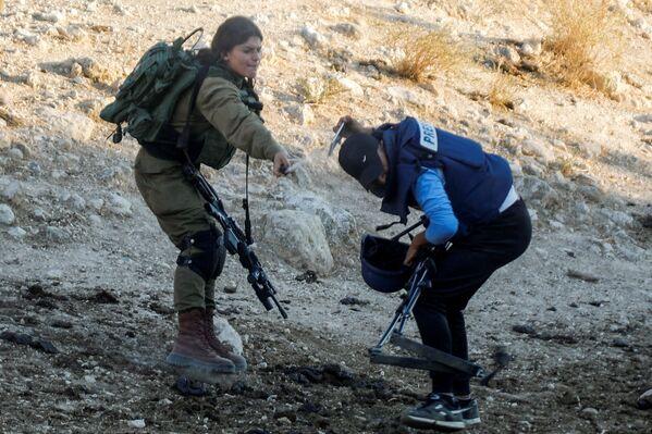 Binh sĩ Israel phun một lon khí gas vào nhà báo trong cuộc biểu tình phản đối các khu định cư Do Thái ở Bờ Tây do Israel chiếm đóng - Sputnik Việt Nam