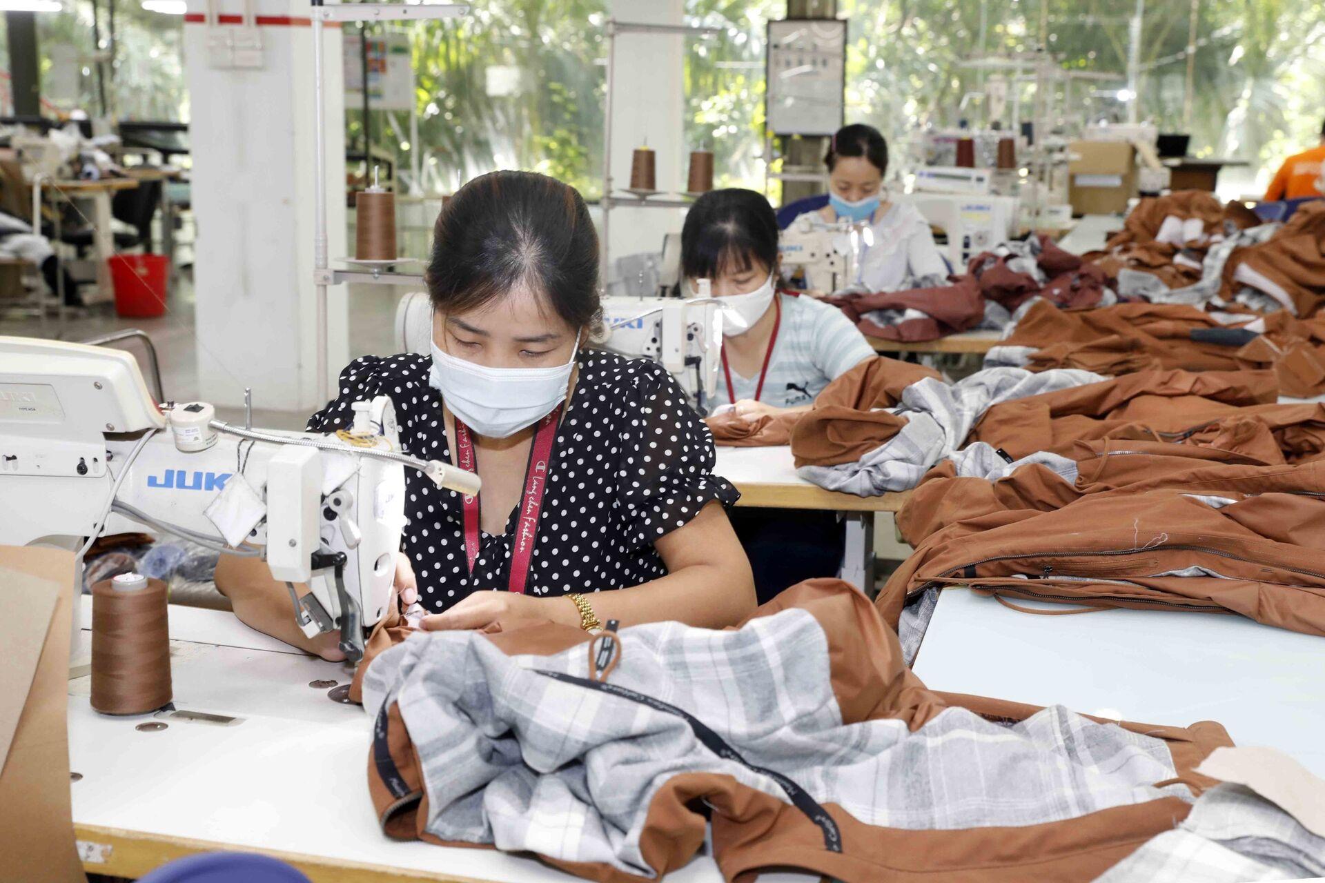 May hàng mẫu cho các hãng thời trang nước ngoài (như Nike, Lululemon, Mountain Hardwer…) tại Công ty Maxport Hạ Đình, Thanh Xuân, Hà Nội - Sputnik Việt Nam, 1920, 05.10.2021