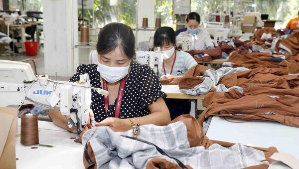 May hàng mẫu cho các hãng thời trang nước ngoài (như Nike, Lululemon, Mountain Hardwer…) tại Công ty Maxport Hạ Đình, Thanh Xuân, Hà Nội - Sputnik Việt Nam