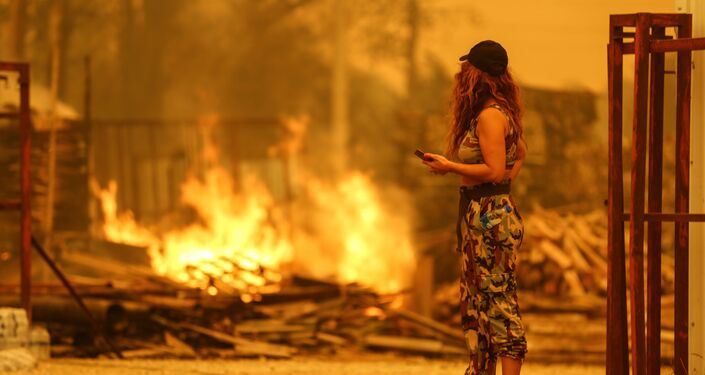 Cô gái nhìn đám cháy ở Managavt, Thổ Nhĩ Kỳ