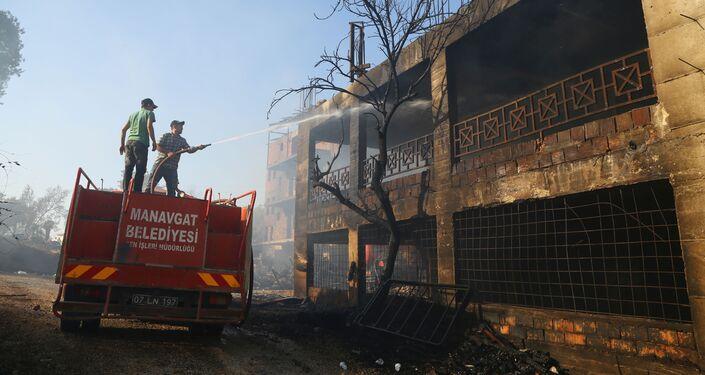 Lính cứu hỏa làm mát ngôi nhà bị thiêu rụi do cháy rừng ở Managavt, Thổ Nhĩ Kỳ