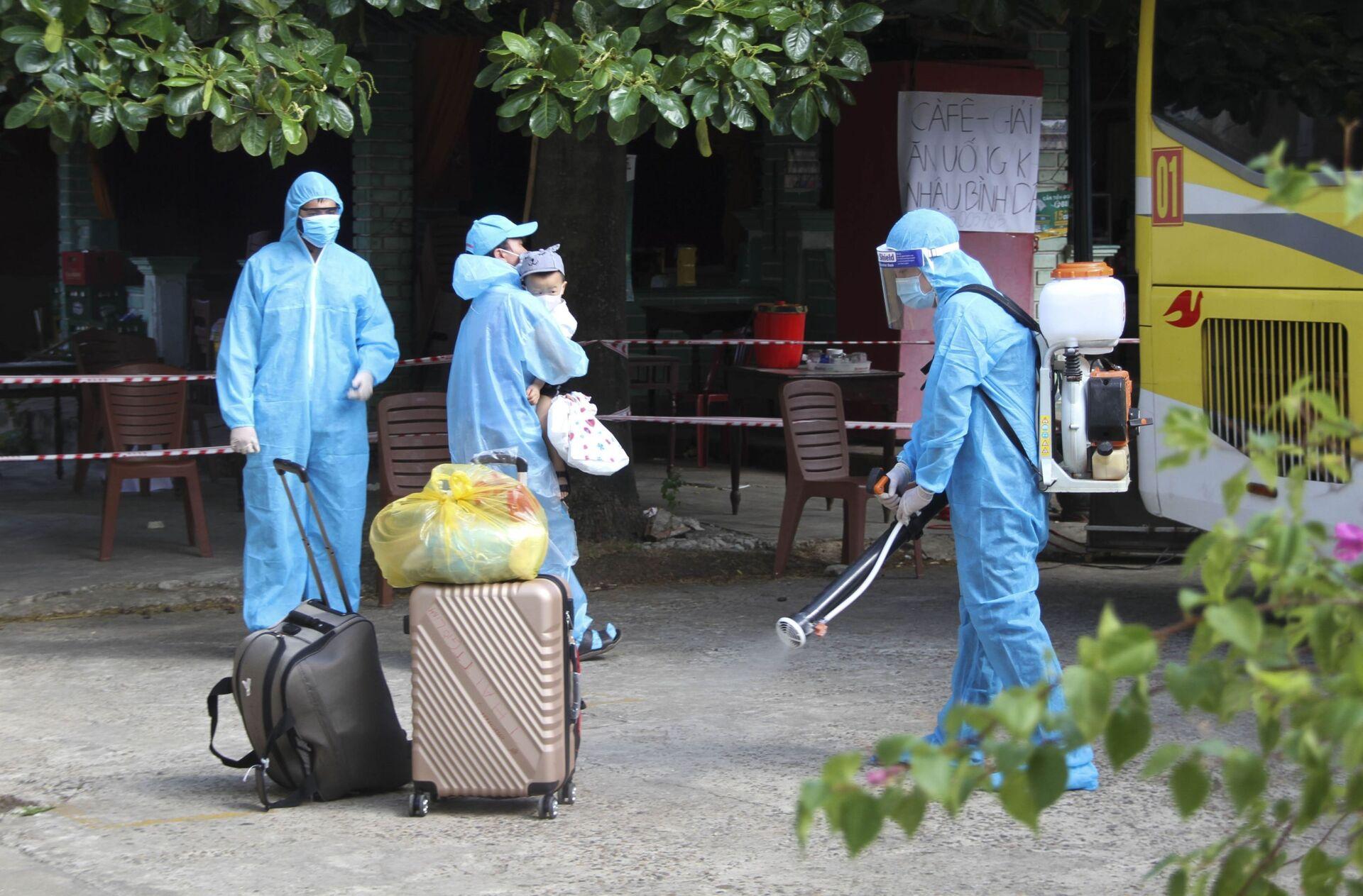 Phun khử khuẩn ở khu vực có người dân Quảng Trị lưu trú ở TP.Hồ Chí Minh trở về và xuống tàu tại ga Đông Hà (Quảng Trị) - Sputnik Việt Nam, 1920, 05.10.2021