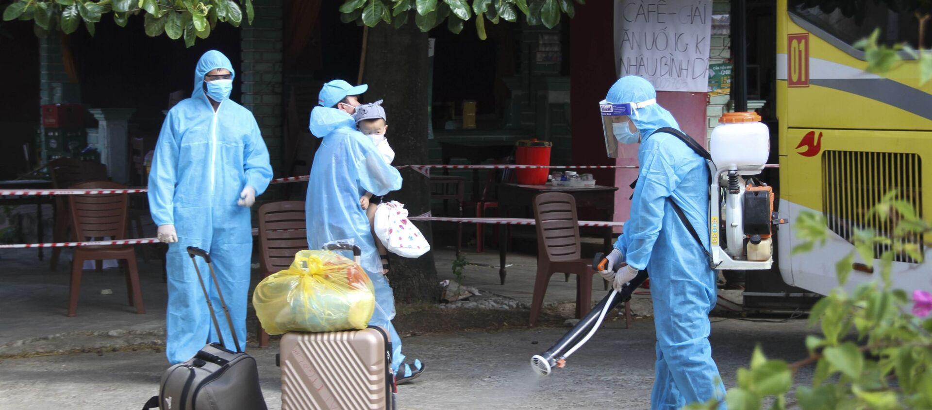 Phun khử khuẩn ở khu vực có người dân Quảng Trị lưu trú ở TP.Hồ Chí Minh trở về và xuống tàu tại ga Đông Hà (Quảng Trị) - Sputnik Việt Nam, 1920, 31.07.2021