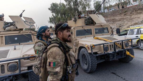 Một đoàn xe của Lực lượng đặc biệt Afghanistan được nhìn thấy trong nhiệm vụ giải cứu một cảnh sát bị bao vây tại một trạm kiểm soát do Taliban bao vây, ở tỉnh Kandahar, Afghanistan, ngày 13 tháng 7 năm 2021 - Sputnik Việt Nam