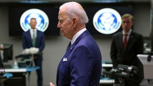 Tổng thống Hoa Kỳ Joe Biden thăm Tầng Giám sát Trung tâm Chống Khủng bố Quốc gia trong chuyến thăm Văn phòng Giám đốc Tình báo Quốc gia ở McLean, Virginia gần đó bên ngoài Washington, Hoa Kỳ, ngày 27 tháng 7 năm 2021 - Sputnik Việt Nam