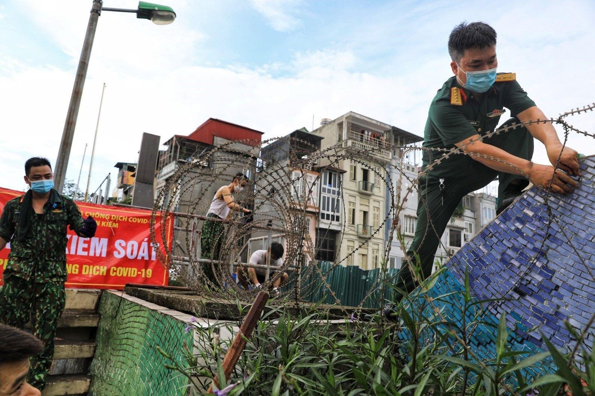 Lập hàng rào dây thép gai dọc đường Hồng Hà khu vực phong tỏa cả phường Chương Dương (Hà Nội) - Sputnik Việt Nam, 1920, 05.10.2021