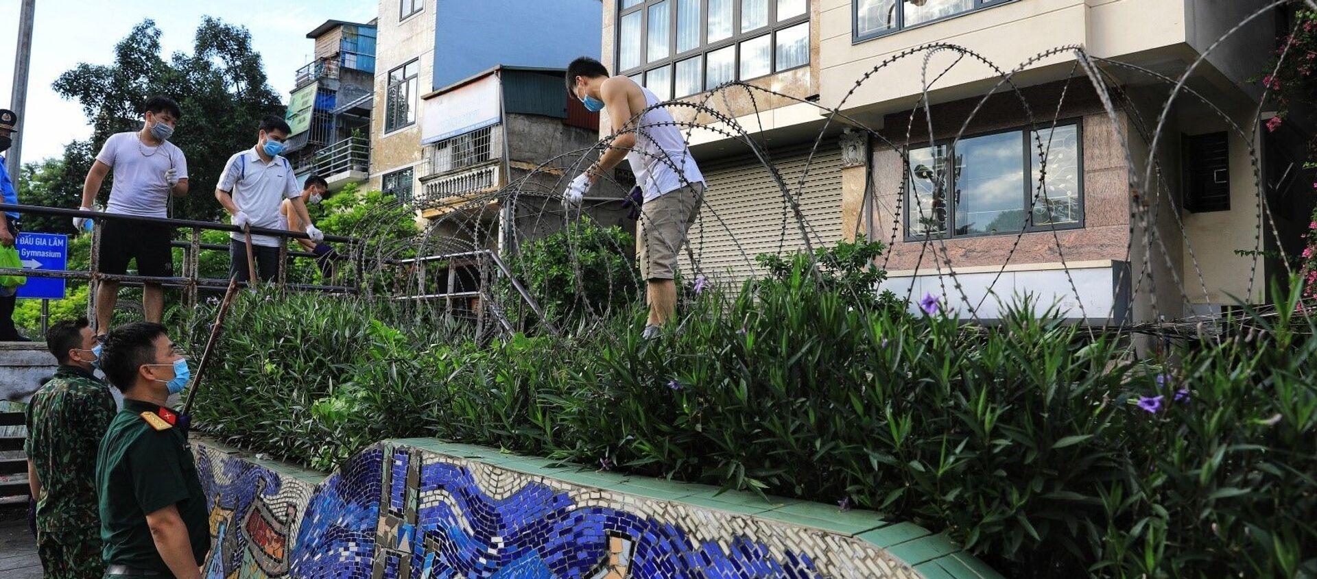Lập hàng rào dây thép gai dọc đường Hồng Hà khu vực phong tỏa cả phường Chương Dương (Hà Nội) - Sputnik Việt Nam, 1920, 06.08.2021