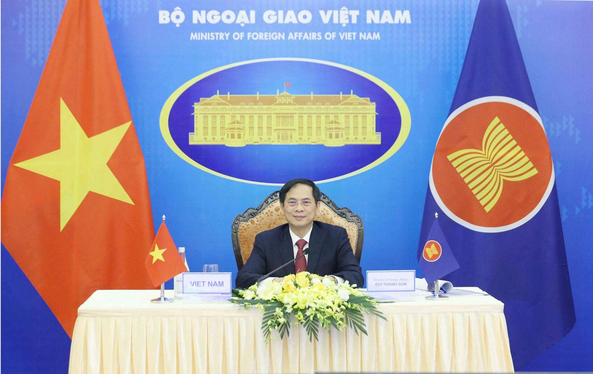 Trong chương trình Hội nghị Bộ trưởng Ngoại giao ASEAN lần thứ 54 (AMM-54), chiều 2/8/2021, Bộ trưởng Bộ Ngoại giao Bùi Thanh Sơn tham dự Hội nghị Cộng đồng Chính trị - An ninh ASEAN (APSC) lần thứ 23 theo hình thức trực tuyến. - Sputnik Việt Nam, 1920, 05.10.2021
