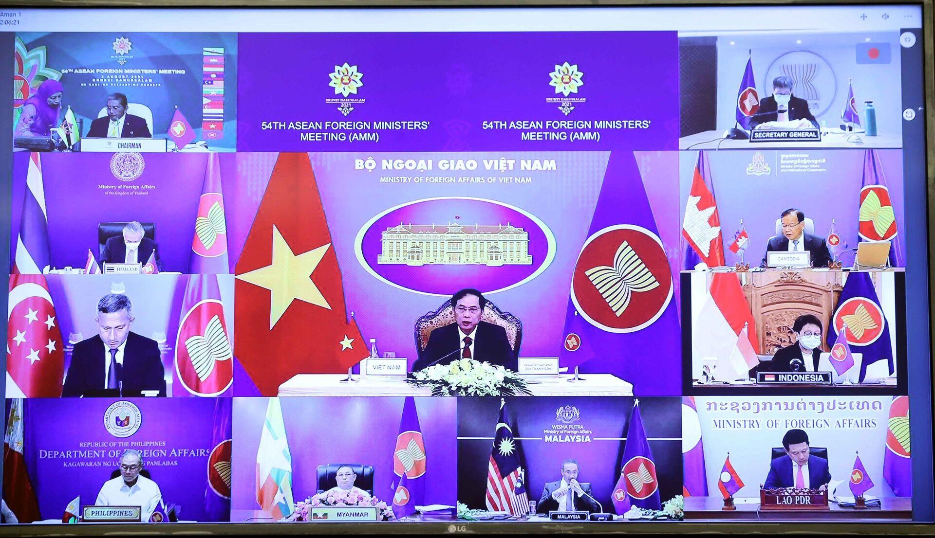 Bộ trưởng Bộ Ngoại giao Bùi Thanh Sơn tham dự Hội nghị Bộ trưởng Ngoại giao ASEAN lần thứ 54 (AMM 54) theo hình thức trực tuyến.  - Sputnik Việt Nam, 1920, 05.10.2021