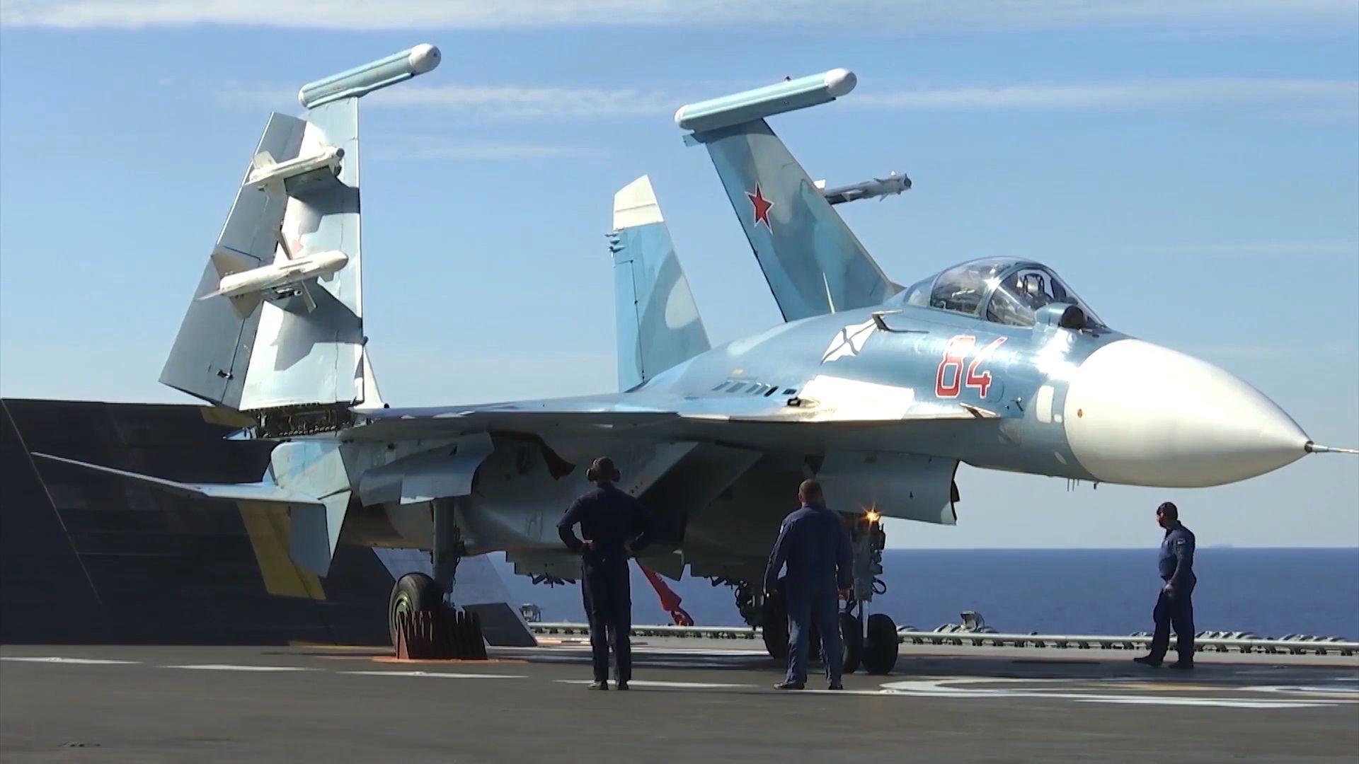 Chiến đấu cơ Su-33 của Lực lượng Hàng không Vũ trụ Nga hạ cánh trên boong tàu tuần dương chở máy bay hạng nặng Đô đốc Kuznetsov ngoài khơi bờ biển Syria - Sputnik Việt Nam, 1920, 05.10.2021