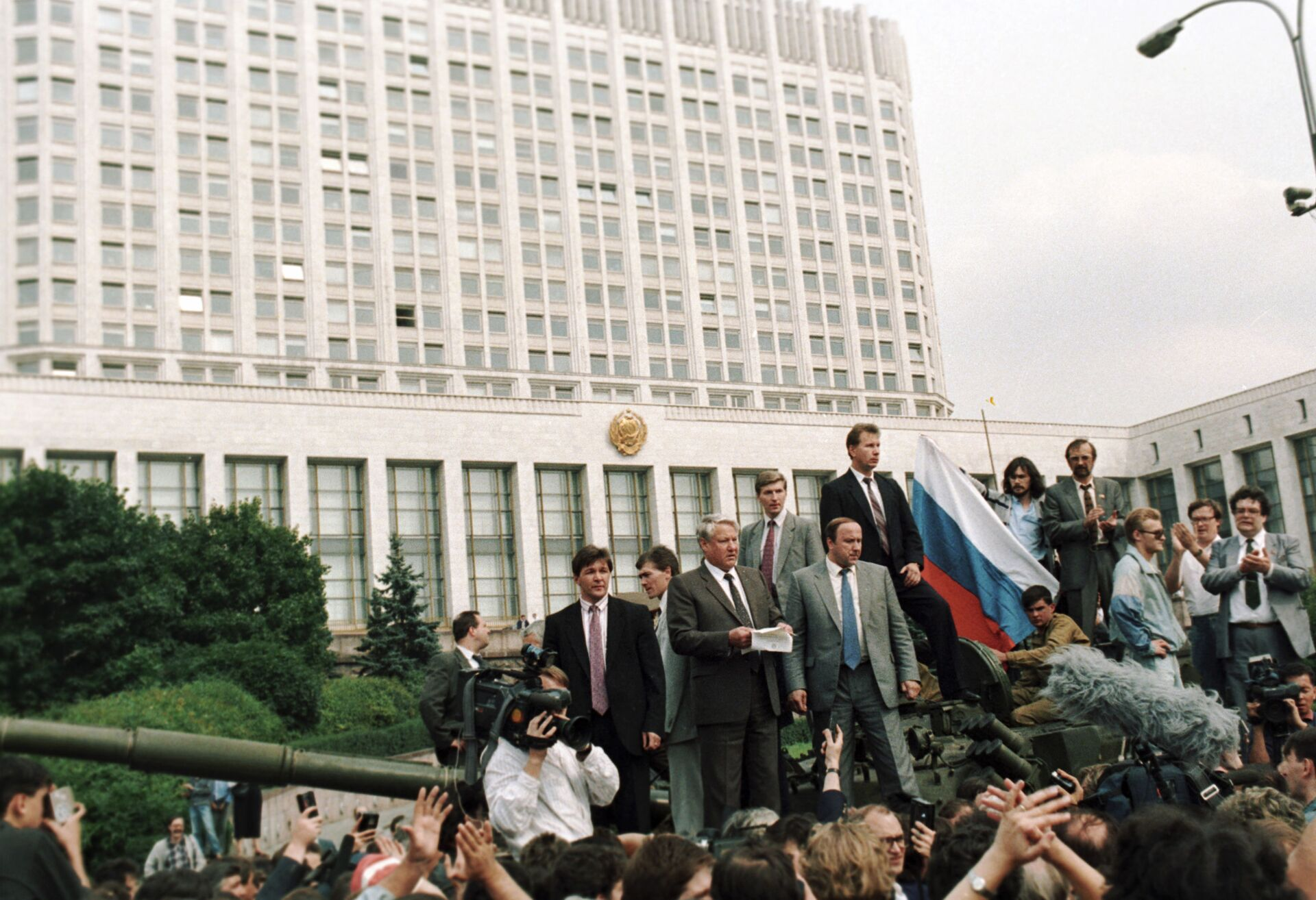 Boris Yeltsin phát biểu bên ngoài tòa nhà của Hội đồng Bộ trưởng của RSFSR trong Cuộc Nổi dậy tháng 8 - Sputnik Việt Nam, 1920, 05.10.2021
