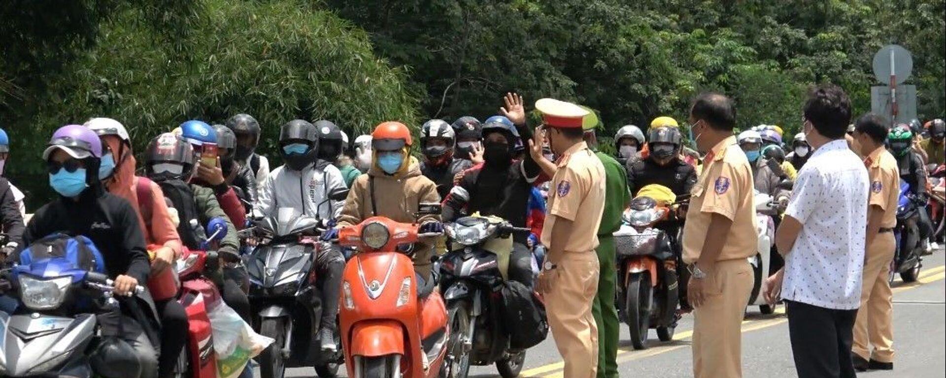 Cảnh sát giao thông Tây Ninh hỗ trợ cho 400 công nhân về quê Đắk Lắk - Sputnik Việt Nam, 1920, 03.08.2021
