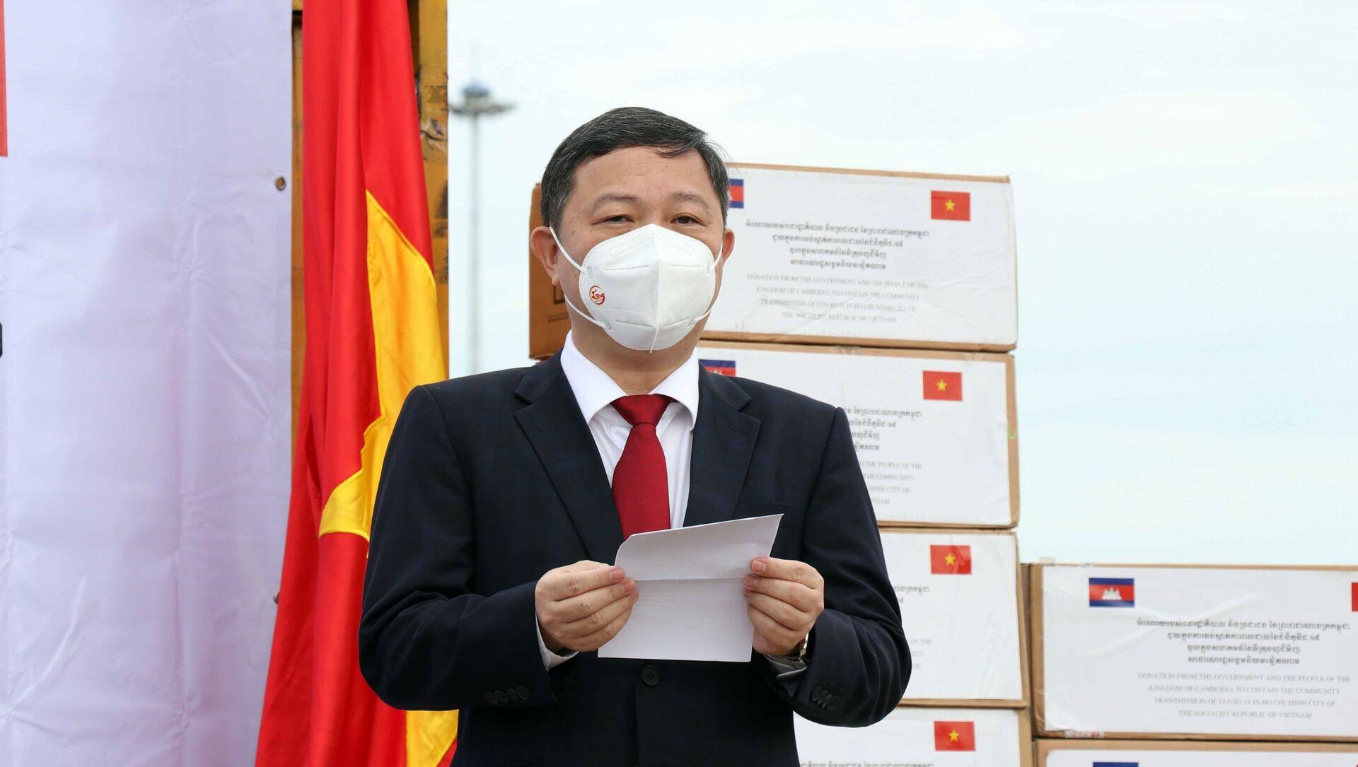 Ông Dương Anh Đức, Phó Chủ tịch Ủy ban nhân dân Thành phố Hồ Chí Minh phát biểu tại buổi lễ tiếp nhận hàng hỗ trợ công tác phòng, chống dịch COVID-19 của Chính phủ, nhân dân Campuchia.  - Sputnik Việt Nam, 1920, 03.08.2021