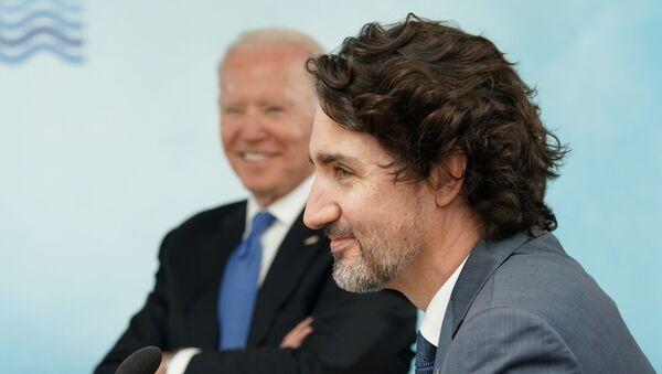 Tổng thống Hoa Kỳ Joe Biden và Thủ tướng Canada Justin Trudeau tham dự một phiên họp trong hội nghị thượng đỉnh G7 ở Vịnh Carbis, Cornwall, Anh, ngày 11 tháng 6 năm 2021 - Sputnik Việt Nam