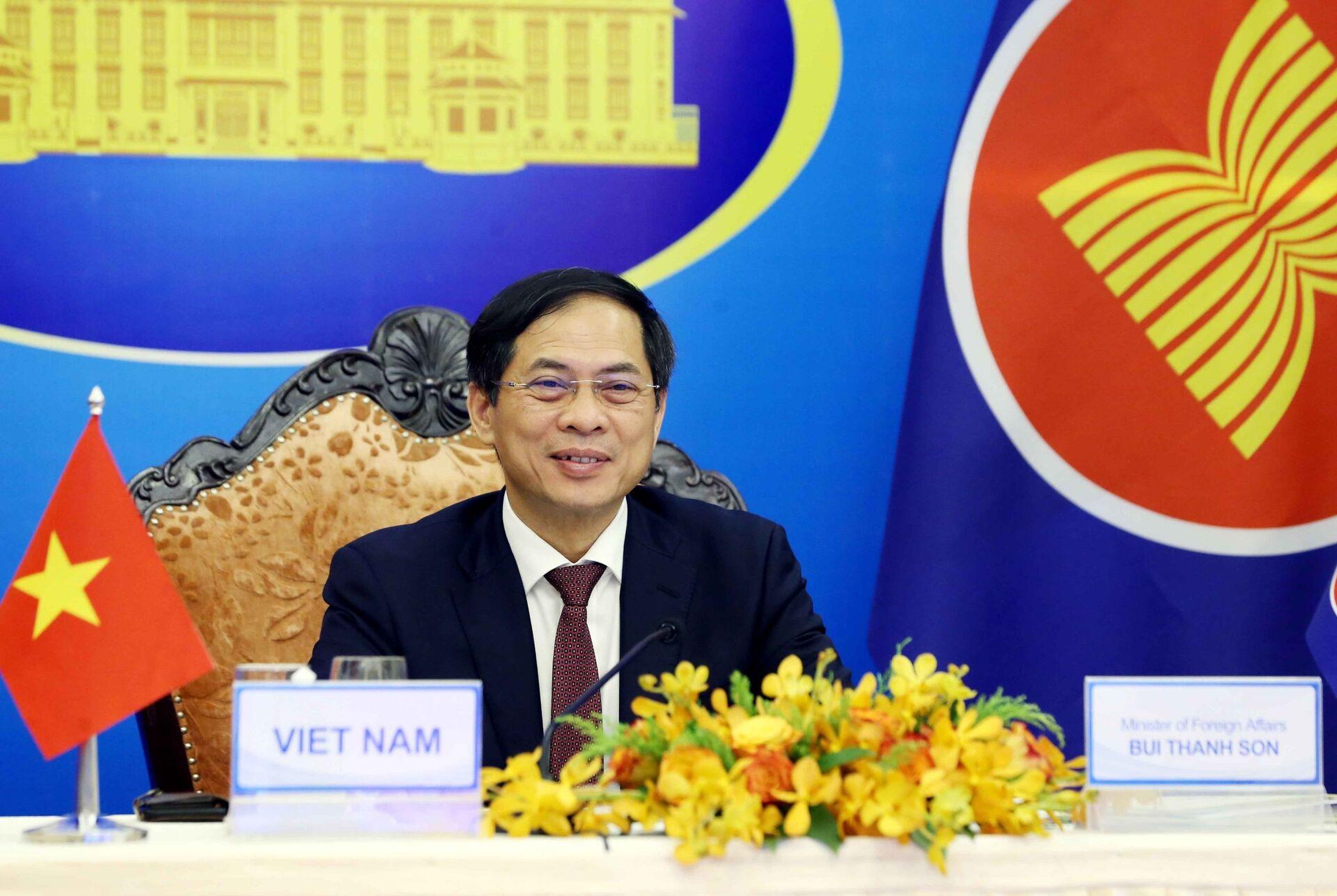 Bộ trưởng Bộ Ngoại giao Bùi Thanh Sơn tham dự Hội nghị Bộ trưởng Ngoại giao ASEAN – Trung Quốc theo hình thức trực tuyến. - Sputnik Việt Nam, 1920, 05.10.2021