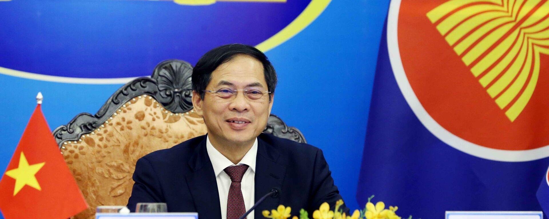 Bộ trưởng Bộ Ngoại giao Bùi Thanh Sơn tham dự Hội nghị Bộ trưởng Ngoại giao ASEAN – Trung Quốc theo hình thức trực tuyến. - Sputnik Việt Nam, 1920, 03.08.2021