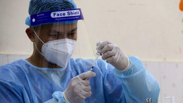 Các y bác sỹ Quận 3 tiêm vaccine phòng COVID-19 cho người trên 65 tuổi tại điểm tiêm trường tiểu học Trần Quốc Thảo. - Sputnik Việt Nam
