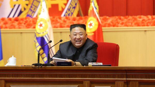 Bức ảnh không ghi ngày tháng này được công bố từ Hãng thông tấn Trung ương Triều Tiên (KCNA) chính thức của Triều Tiên vào ngày 30 tháng 7 năm 2021 cho thấy nhà lãnh đạo Triều Tiên Kim Jong Un đang tham gia Hội thảo đầu tiên của các Chỉ huy và Sĩ quan Chính trị KPA, tại Nhà Văn hóa ngày 25 tháng 4 ở Bình Nhưỡng. - Sputnik Việt Nam