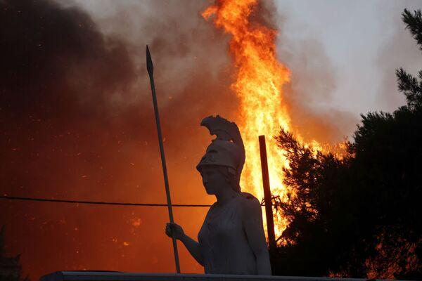 Tượng thần Athena giữa đám cháy rừng ở ngoại ô phía bắc Athens - Sputnik Việt Nam