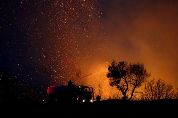 Dập cháy rừng ở ngoại ô phía bắc Athens - Sputnik Việt Nam