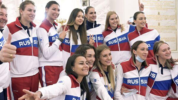 Các thành viên của đội Olympic Nga chụp ảnh tập thể sau cuộc gặp với Tổng thống Nga Vladimir Putin trước thềm Thế vận hội Mùa hè Tokyo ở Moscow, Nga - Sputnik Việt Nam