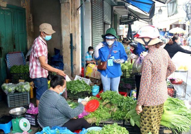 COVID-19: Đội shipper xanh đi chợ giúp dân tại Phan Thiết