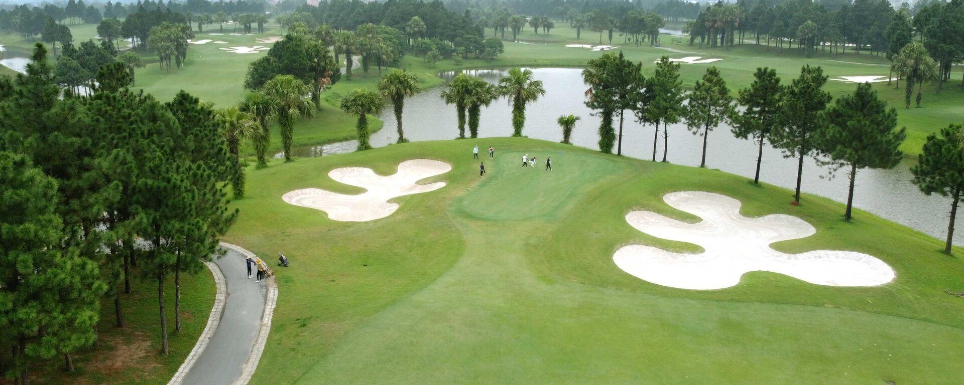 Sân golf Đầm Vạc (thành phố Vĩnh Yên) tạm dừng hoạt động theo quy định của UBND tỉnh.  - Sputnik Việt Nam, 1920, 05.08.2021