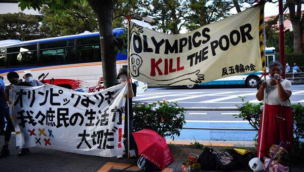 Những người biểu tình chống Thế vận hội mang biểu ngữ tại cuộc biểu tình ở Tokyo, Nhật Bản - Sputnik Việt Nam