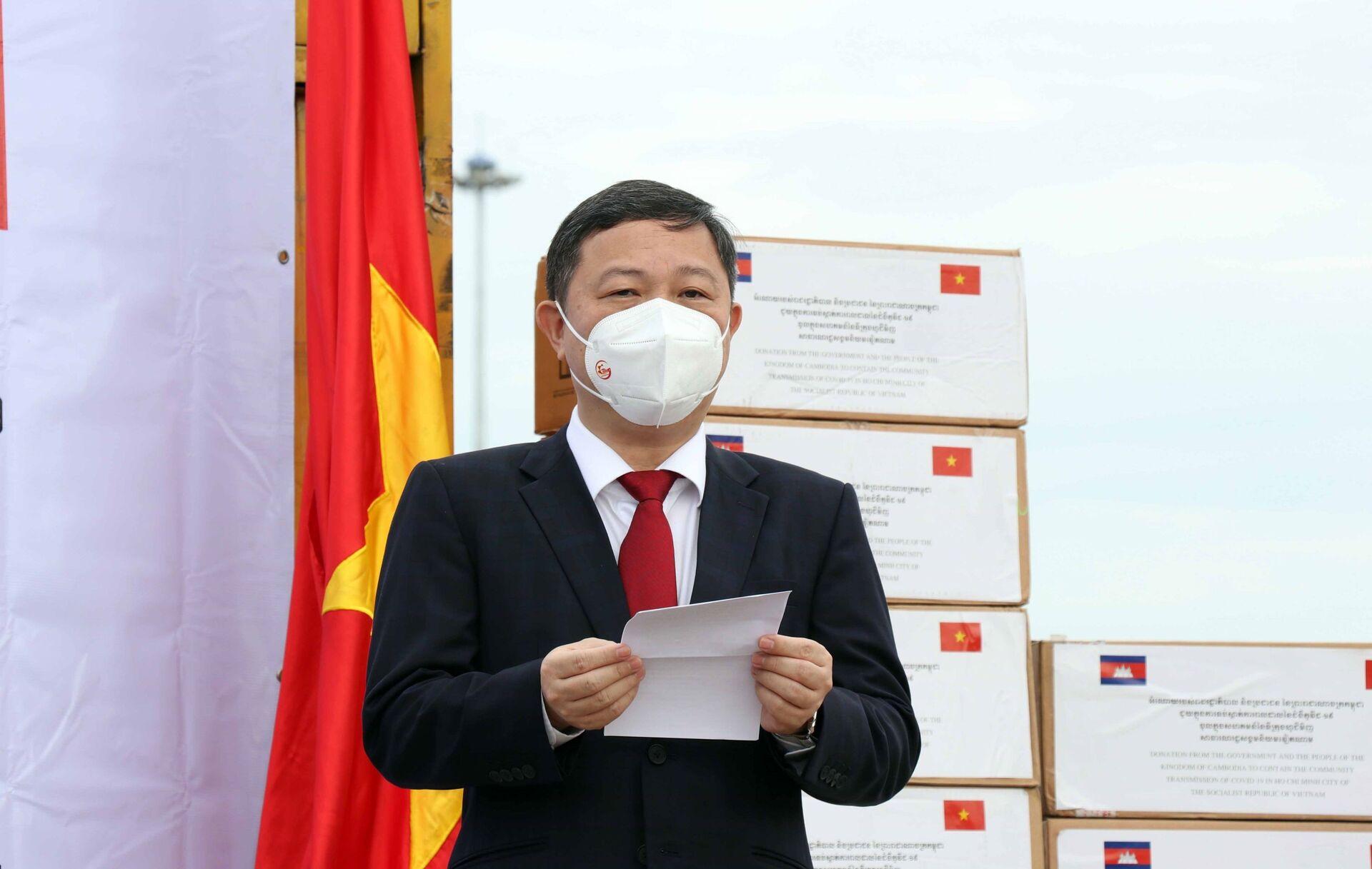 Ông Dương Anh Đức, Phó Chủ tịch Ủy ban nhân dân Thành phố Hồ Chí Minh phát biểu tại buổi lễ tiếp nhận hàng hỗ trợ công tác phòng, chống dịch COVID-19 của Chính phủ, nhân dân Campuchia. - Sputnik Việt Nam, 1920, 05.10.2021