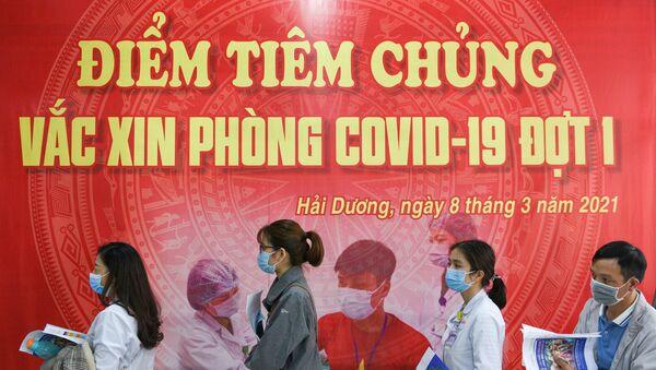 Nhân viên y tế xếp hàng tiêm vắc xin tại Việt Nam - Sputnik Việt Nam