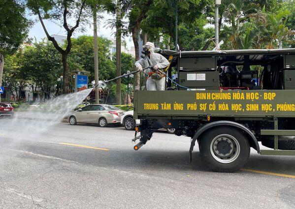 Các quân nhân phun thuốc khử trùng trên đường phố Hà Nội - Sputnik Việt Nam