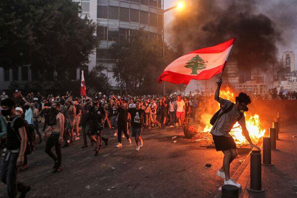 Người biểu tình với lá cờ Lebanon trong cuộc đụng độ ở Beirut - Sputnik Việt Nam