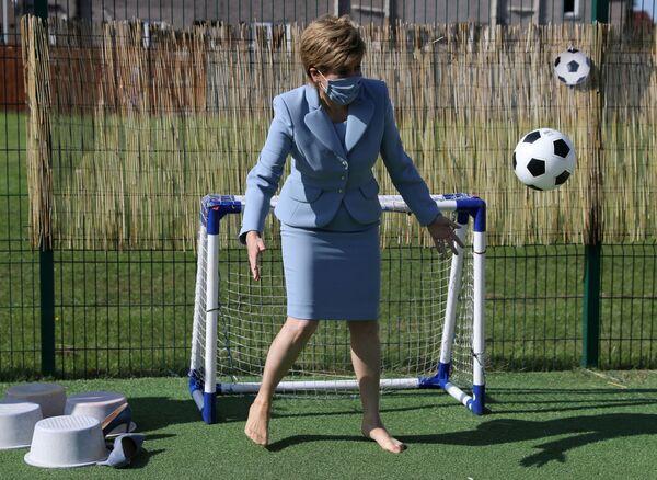 Thủ tướng Scotland Nicola Sturgeon thăm nhà trẻ ở Fallin - Sputnik Việt Nam
