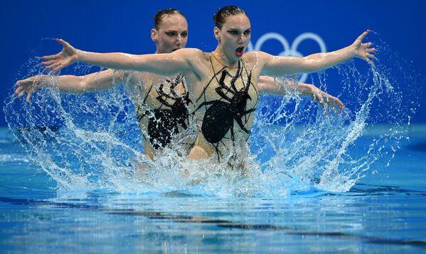 Các vận động viên Svetlana Kolesnichenko và Svetlana Romashina (đội ROC) thi đấu chương trình tự do tại Thế vận hội 2020 - Sputnik Việt Nam