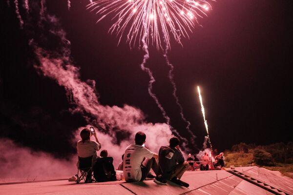 Người dân bắn pháo hoa tại con đập được xây dựng lại sau trận sóng thần năm 2011, ở Minamisoma, tỉnh Fukushima, Nhật Bản - Sputnik Việt Nam