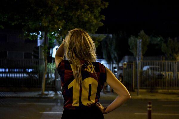 Nữ cổ động viên mặc áo thi đấu của tiền đạo Lionel Messi đội Barcelona trước sân vận động Camp Nou ở Barcelona, Tây Ban Nha - Sputnik Việt Nam