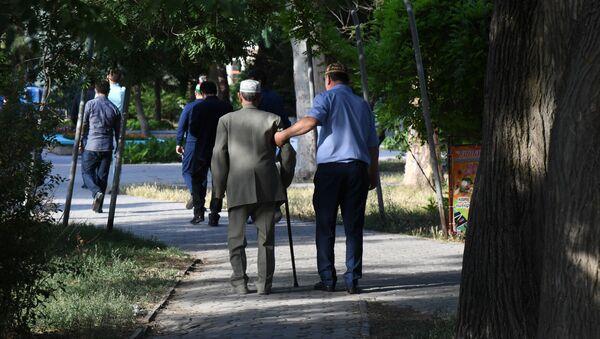 Сư dân Evpatoria đi dạo trong công viên - Sputnik Việt Nam
