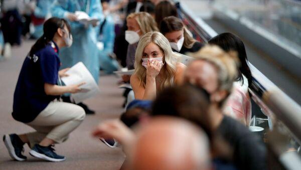 Các thành viên đội tuyển thể dục dụng cụ Hoa Kỳ trong khi chờ xét nghiệm coronavirus tại sân bay Narita - Sputnik Việt Nam