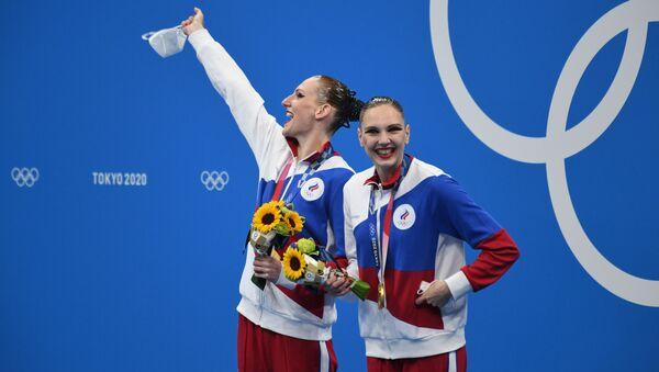 Nữ VĐV bơi nghệ thuật Svetlana Romashina và Sveltana Kolesnichenko giành huy chương vàng tại Olympic Tokyo - Sputnik Việt Nam