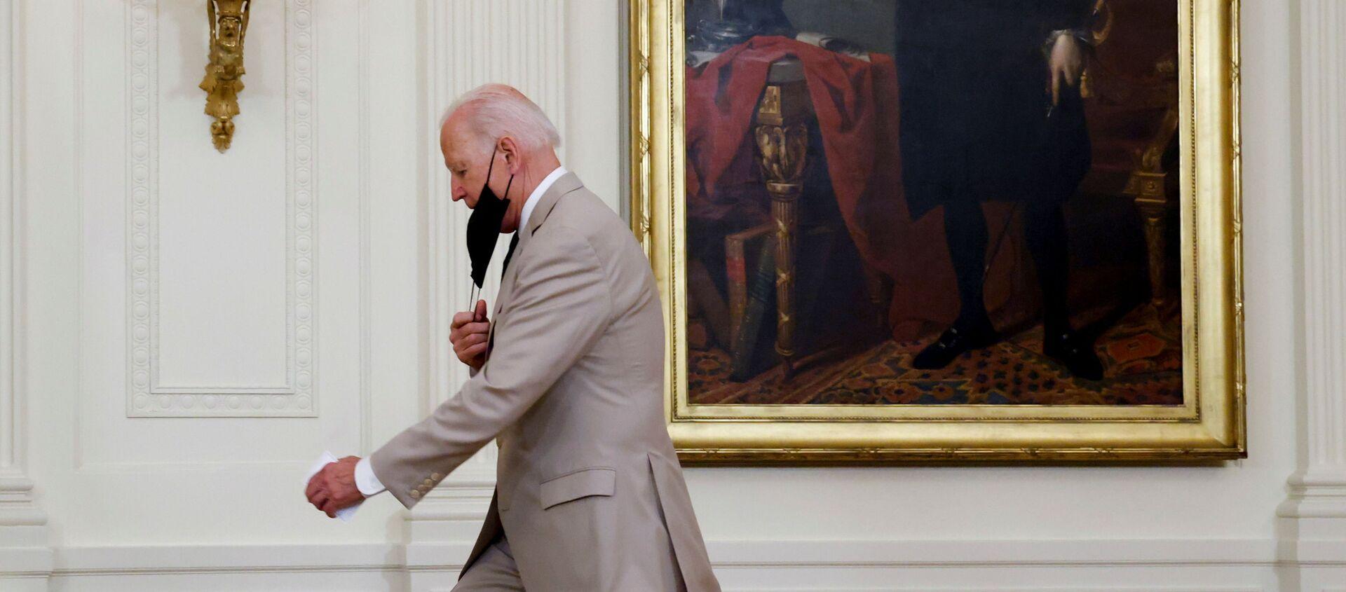 Tổng thống Hoa Kỳ Joe Biden đến để đưa ra nhận xét về số lượng việc làm tại Nhà Trắng ở Washington, Hoa Kỳ ngày 6 tháng 8 năm 2021. REUTERS / Jonathan Ernst - Sputnik Việt Nam, 1920, 08.08.2021