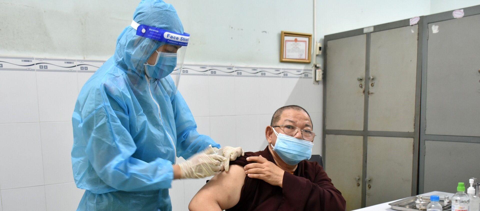 Các vị chức sắc, chức việc, người có uy tín trong tôn giáo, dân tộc Bạc Liêu tiêm vắc xin ngừa COVID-19 - Sputnik Việt Nam, 1920, 08.08.2021