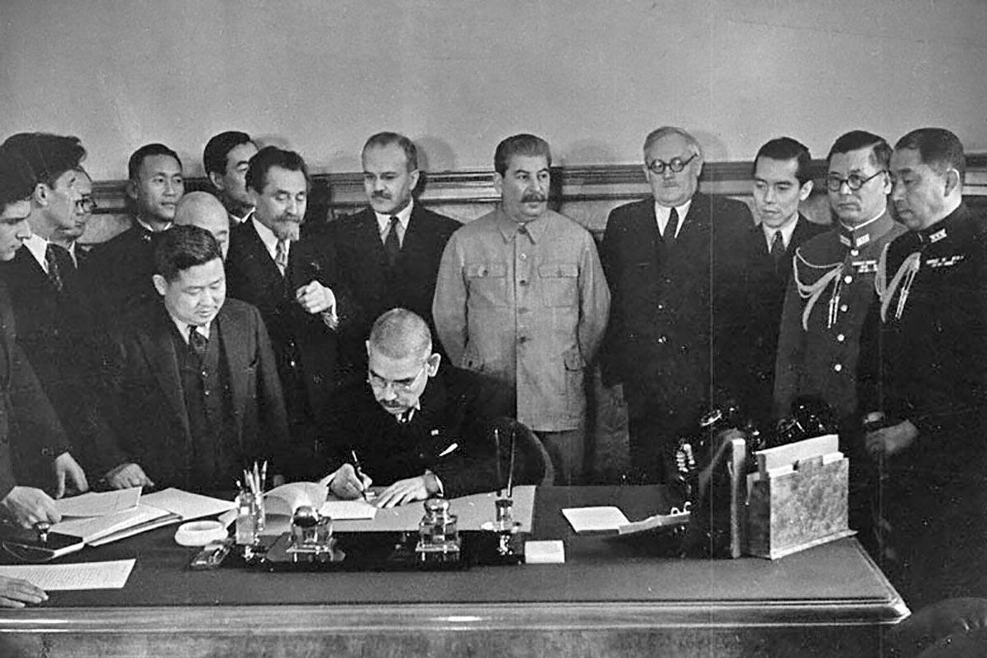 Ngoại trưởng Nhật Bản I. Matsuoka ký Hiệp ước Trung lập giữa Liên Xô và Nhật Bản, ngày 13 tháng 4 năm 1941 - Sputnik Việt Nam, 1920, 05.10.2021