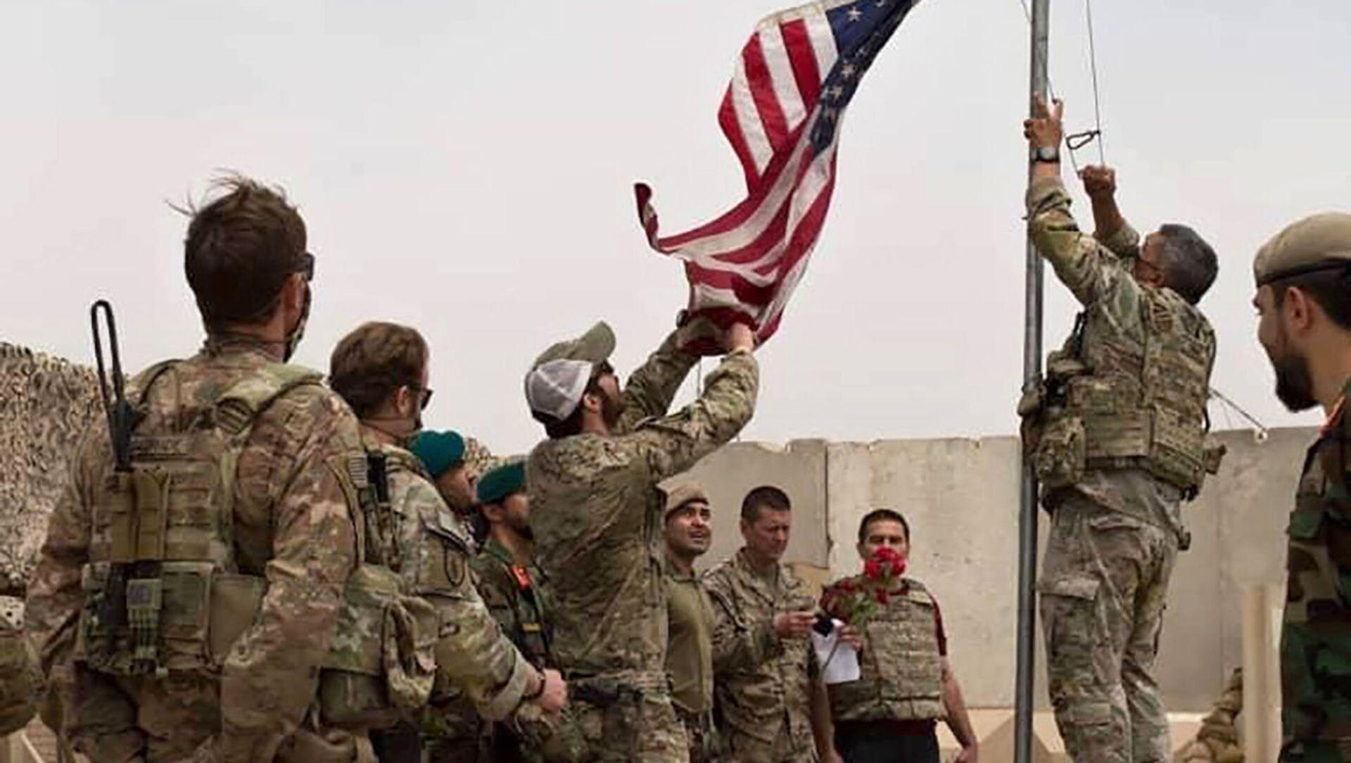 Binh sĩ Hoa Kỳ hạ cờ Mỹ tại trại Anthonic, Afghanistan - Sputnik Việt Nam, 1920, 28.09.2021