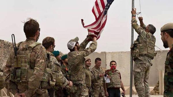Binh sĩ Hoa Kỳ hạ cờ Mỹ tại trại Anthonic, Afghanistan - Sputnik Việt Nam