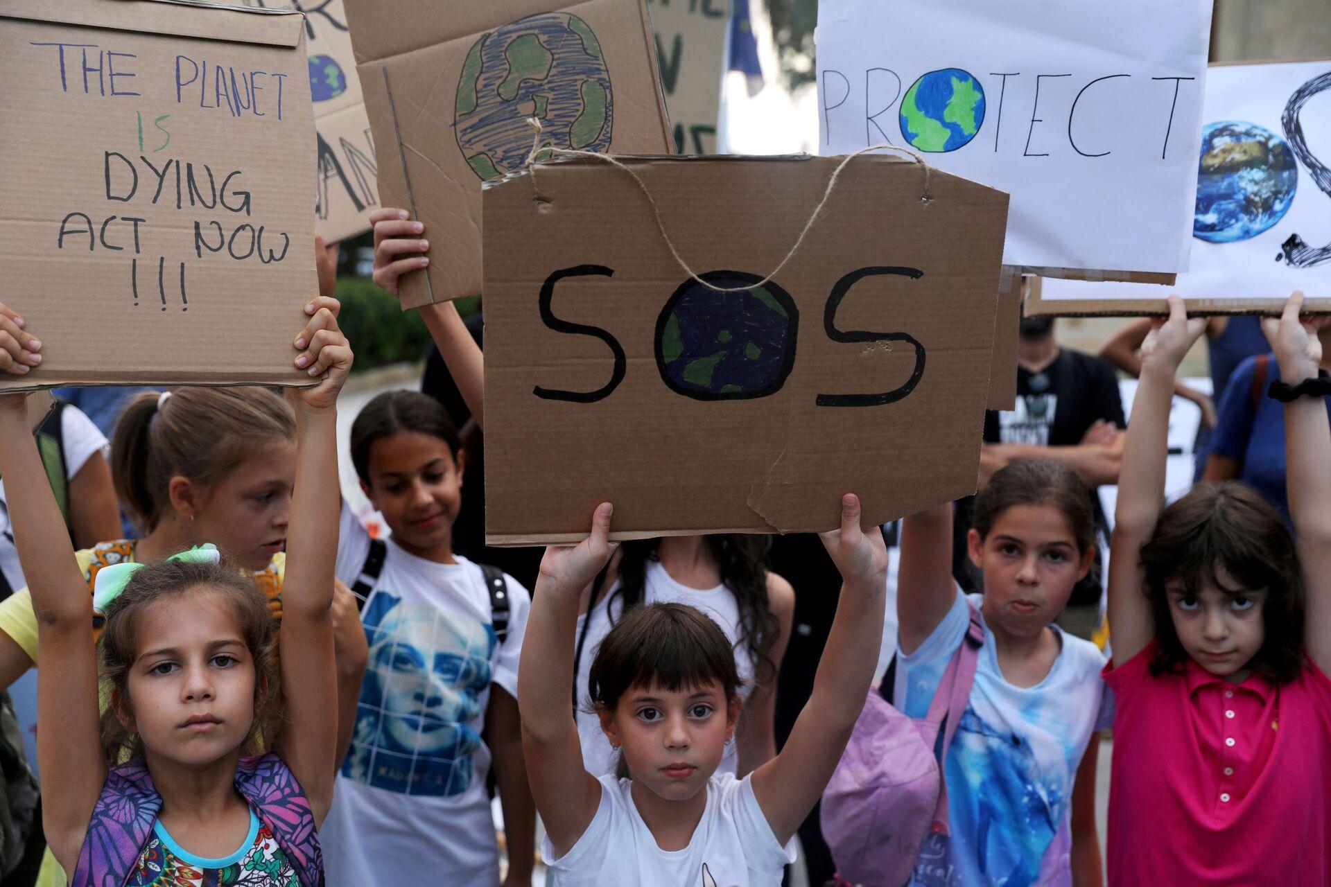 Những đứa trẻ mang biểu ngữ về thay đổi khí hậu trong cuộc biểu tình ở Síp - Sputnik Việt Nam, 1920, 05.10.2021