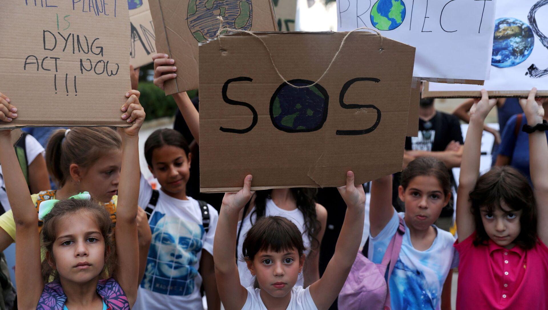 Những đứa trẻ mang biểu ngữ về thay đổi khí hậu trong cuộc biểu tình ở Síp - Sputnik Việt Nam, 1920, 28.09.2021